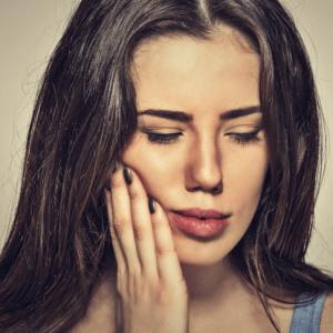 Une femme souffre de caries dentaires