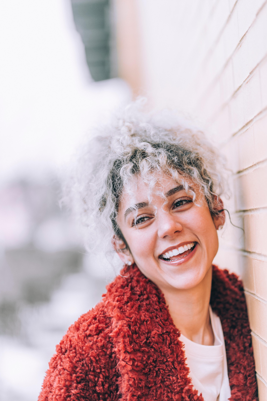Un blanchiment dentaire réalisée sur une femme qui sourit