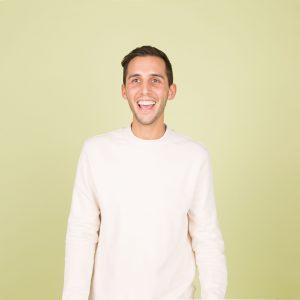 Un homme rigole grâce à ses facettes dentaires