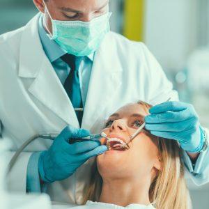 Un dentiste réalise un plombage
